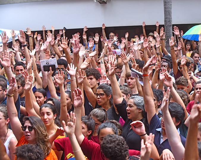 Moção foi lida e aprovada sob aplausos e manifestações de apoio