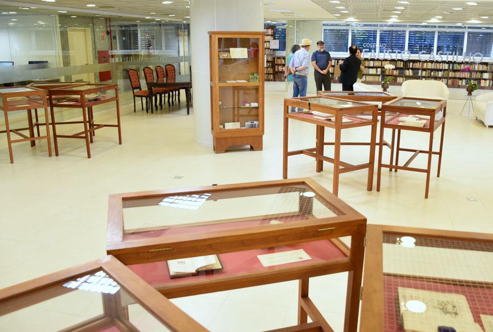 foto mostra recepção da bora com livros antigos expostos