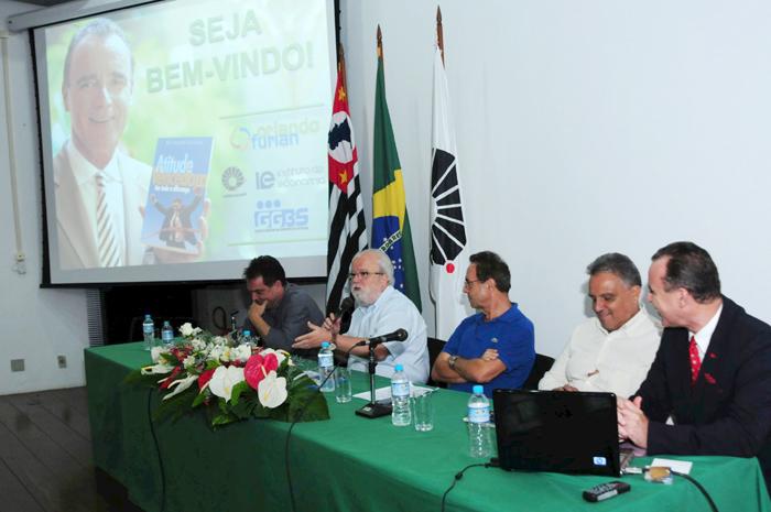 Reitor Tadeu Jorge fala durante lançamento do livro