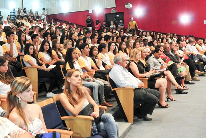 Plateia lotada no auditório da FCM