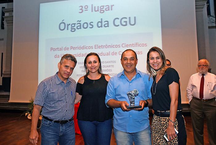 Pró-reitor de Desenvolvimento e funcionários premiados: projeto Portal de Periódicos