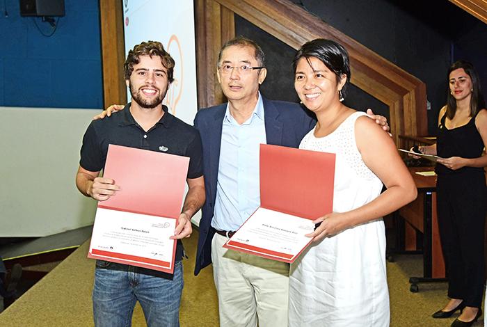 Pesquisadores premiados com o diretor da Inova, Milton Mori