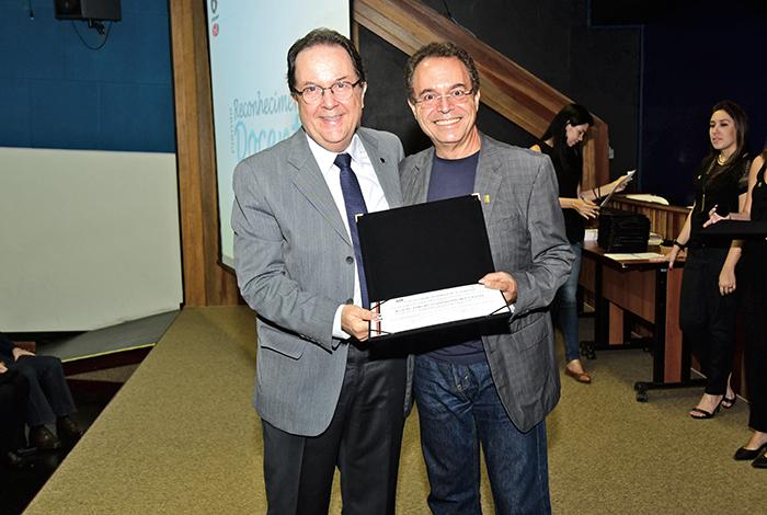 O professor Sérgio Leite (premiado), com o pró-reitor de Graduação, Luis Alberto Magna