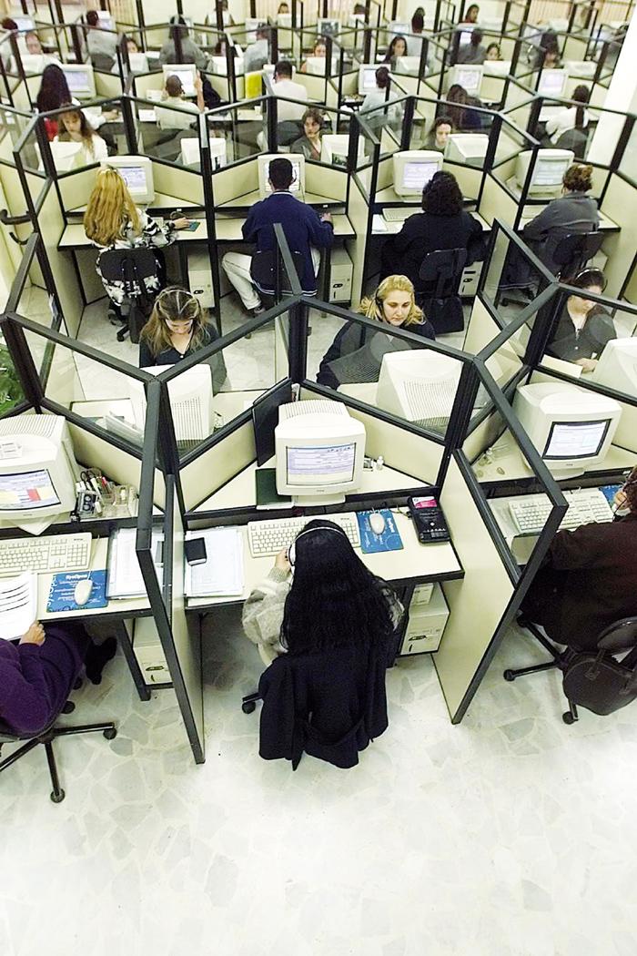 """Funcionários em empresa de telemarketing: para autor do estudo, """"a ideia é transformar tudo em tempo de trabalho"""""""