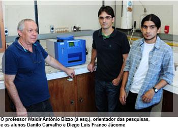 O professor Waldir Antônio Bizzo (à esq.), orientador das pesquisas, e os alunos Danilo Carvalho e Diego Luis Franco Jácome