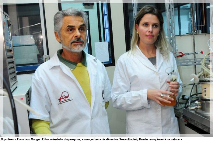 O professor Francisco Maugeri Filho, orientador da pesquisa, e a engenheira de alimentos Susan Hartwig Duarte: solução está na natureza