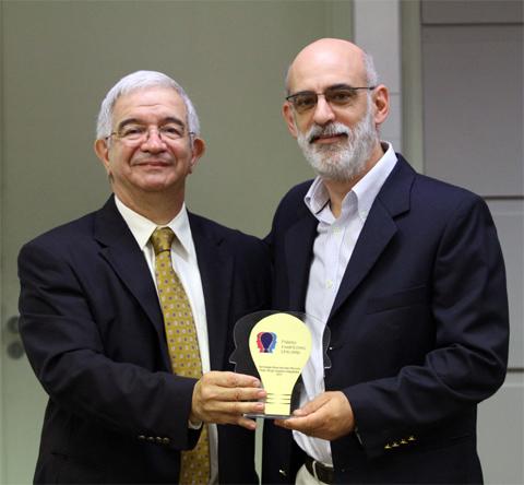 Fernando Costa, reitor da Unicamp, entrega prêmio para professor Paulo Sérgio Graziano Magalhães, da Feagri