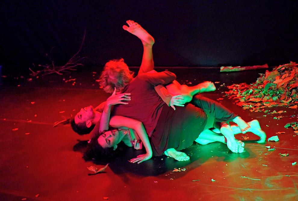 bailarinos durante o espetáculo formam o emaranhado com seus corpos entrelaçados no chão do palco