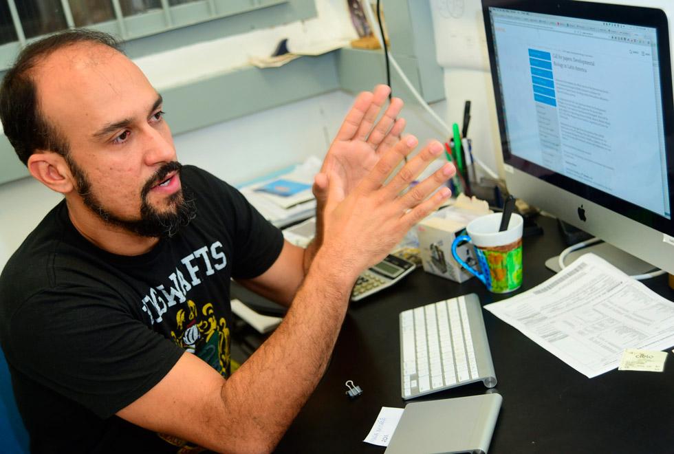 audiodescrição: fotografia colorida do professor do Instituto de Biologia, Henrique