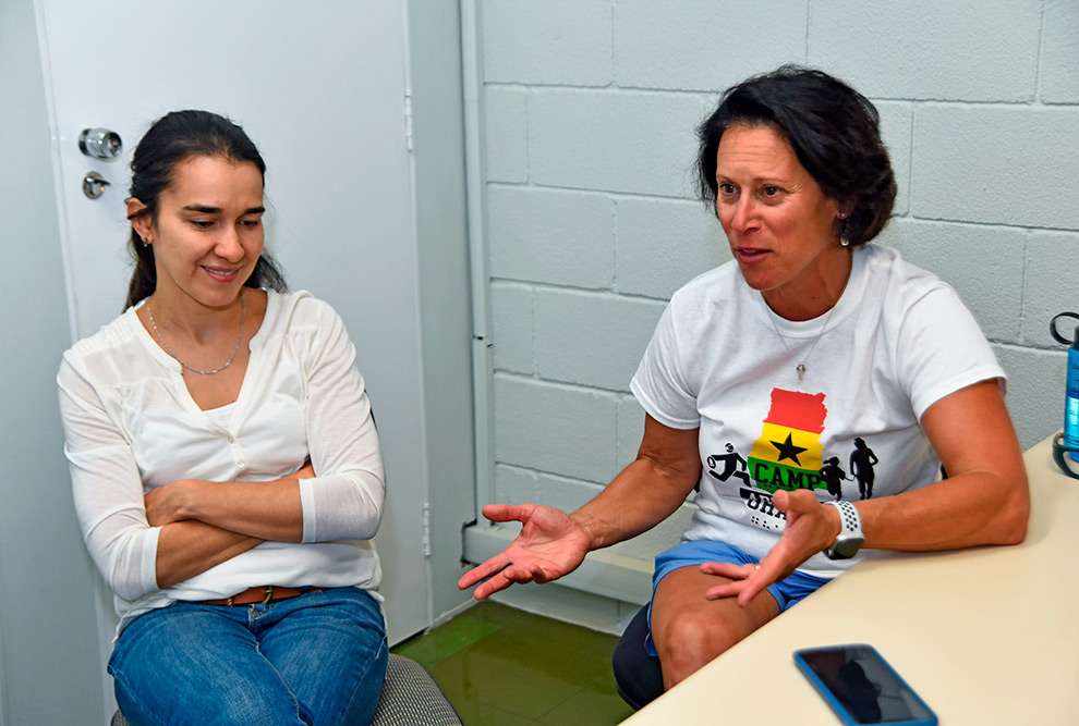 Maria Luiza Alves, professora da FEF, e Lauen Lieberman, idealizadora do Camp Abilities