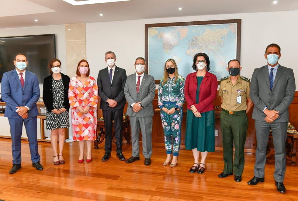 foto mostra grupo da unicamp em reunião no ministério da defesa