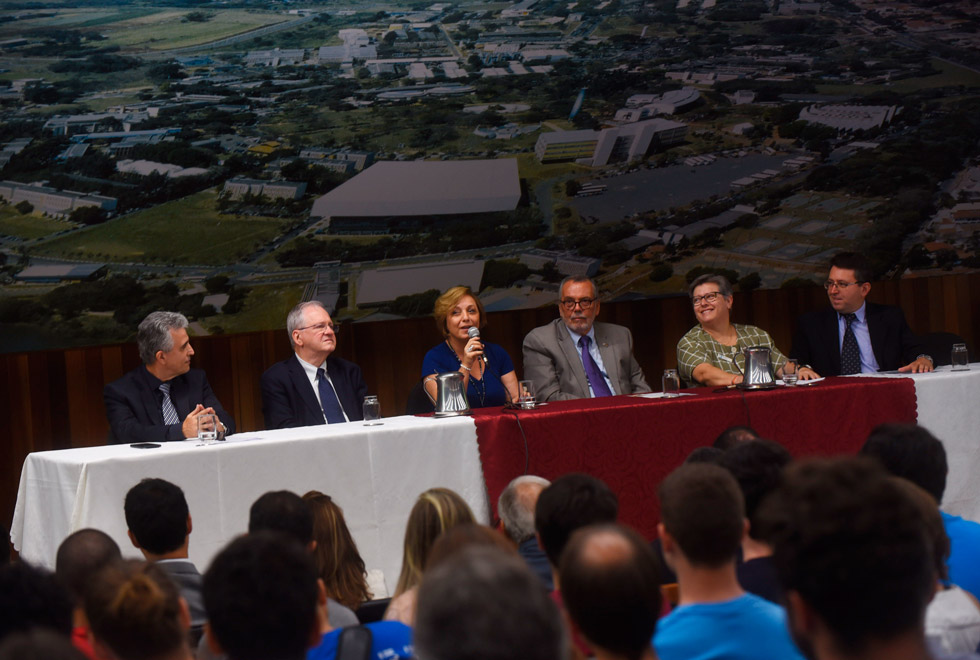 audiodescrição: fotografia colorida do centro de convenções. ao fundo está a mesa com as autoridades da unicamp, fapesp e royal society of chemistry