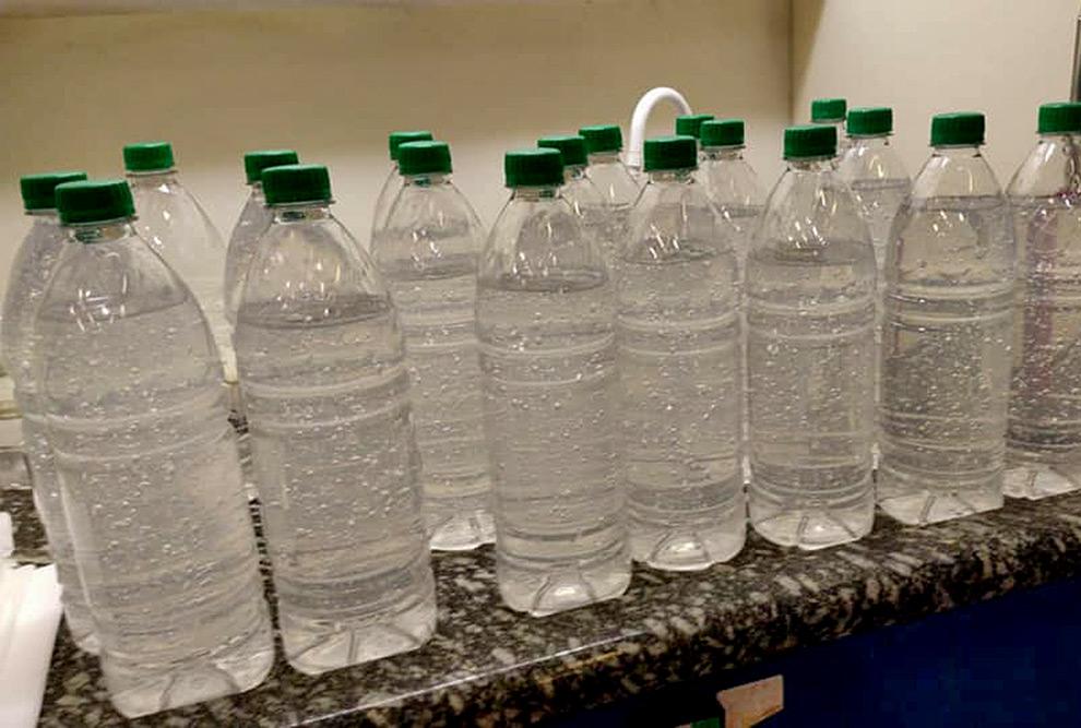 foto mostra garrafas de um litro com álcool em gel