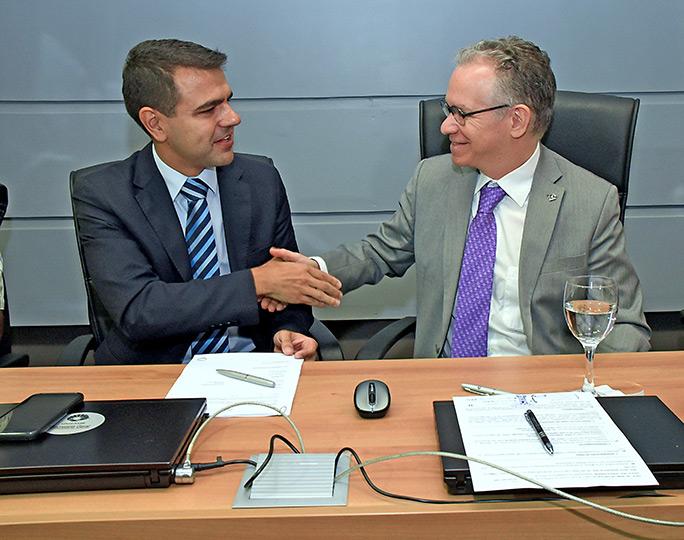 Renato Povia, gerente de inovação da CPFL, e o reitor da Unicamp, Marcelo Knobel, assinam convênio
