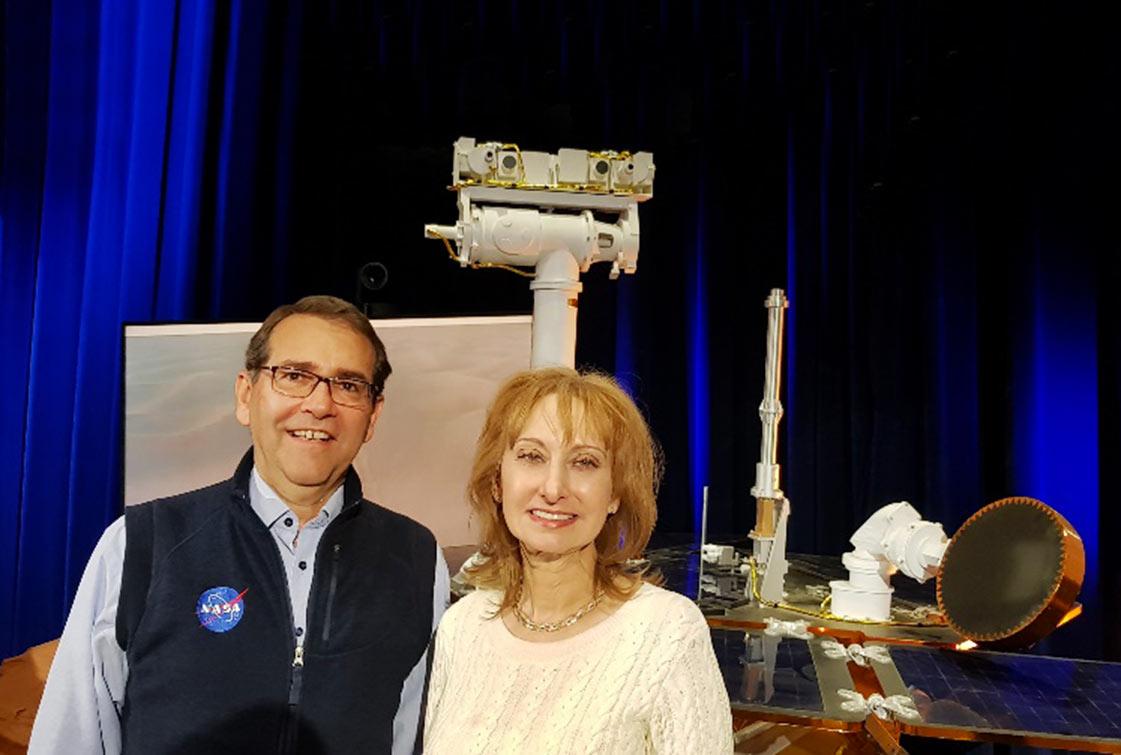 Alvaro Crósta e a cientista brasileira Rosaly Lopes, pesquisadora sênior do JPL, com a réplica do Opportunity ao fundo