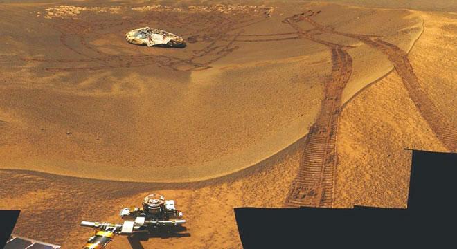 Foto da Cratera Eagle, local do pouso do Opportunity, tirada pelo próprio jipe. No interior da cratera encontra-se o dispositivo de aterrisagem e as marcas das rodas do jipe, após manobrar para sair do interior da cratera e iniciar sua jornada (NASA/JPL).