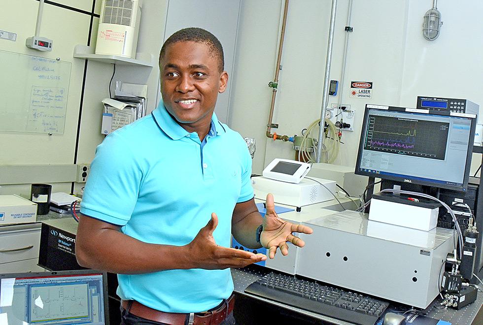 Lanousse, de camisa pólo verde, mostra equipamento de laboratório durante a entrevista