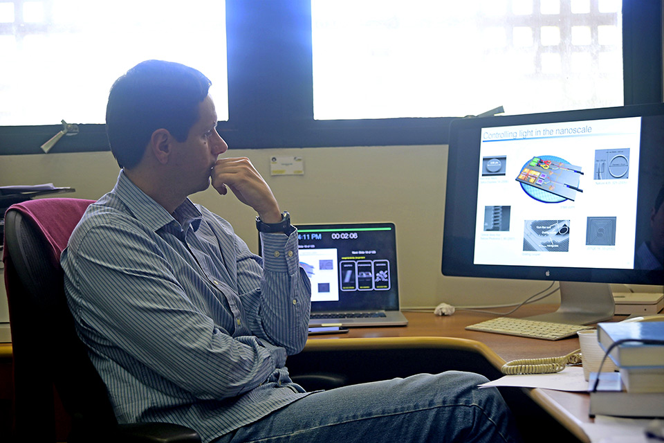 O professor Paulo Dainese, do IFGW: rotas para desenhar dispositivos para chips fotônicos
