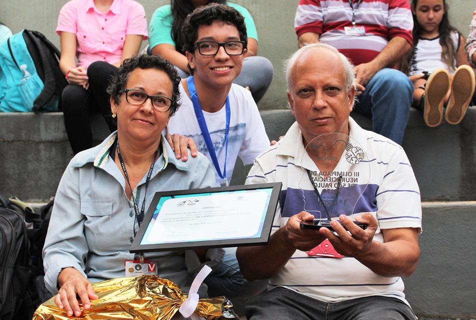 Estudante João Pedro de Oliveira Silva com os seus país