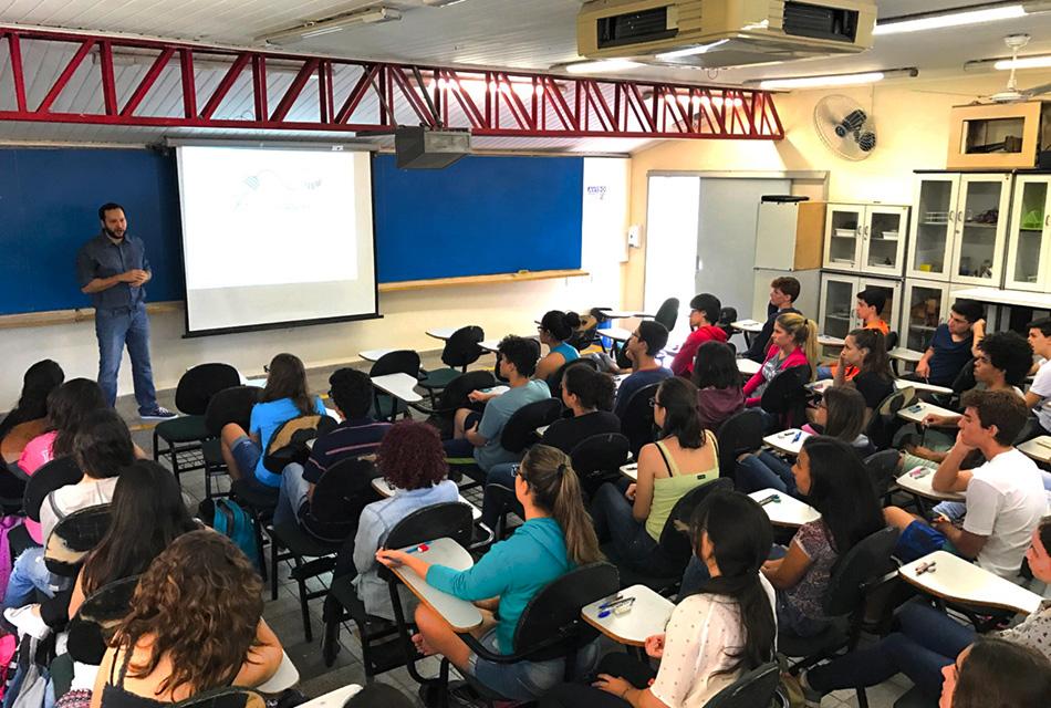 Estudantes do Cotuca durante realização da prova da III Olimpíada de Neurociências de São Paulo