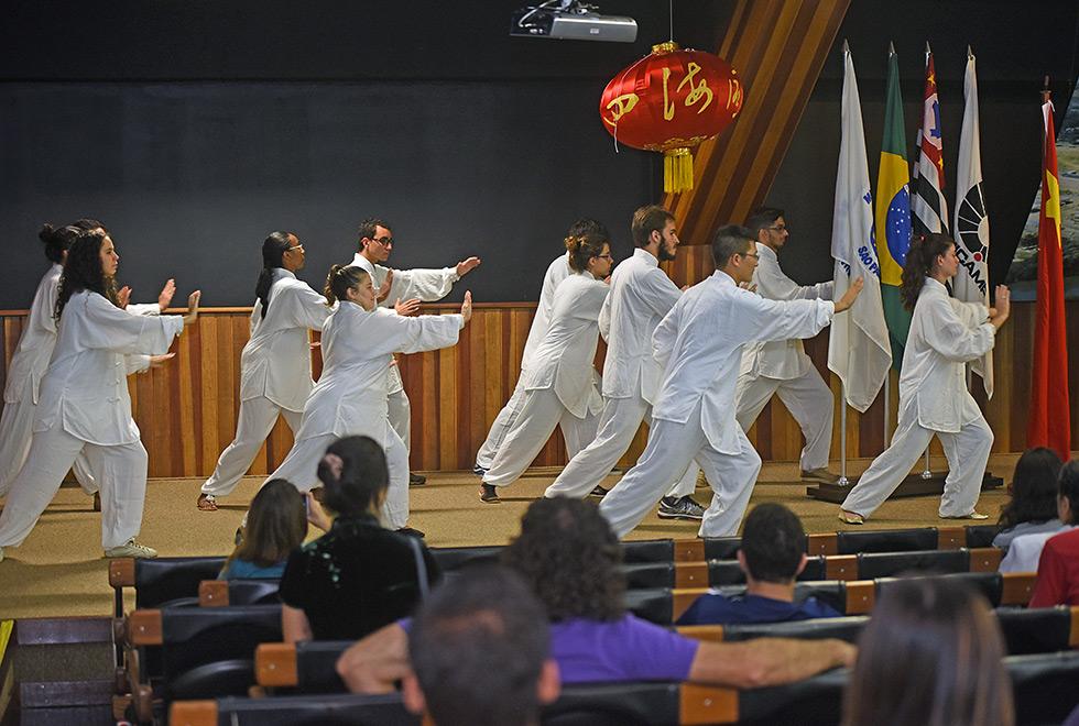 Grupo de alunos do Instituto mostra apresentação de Tai Chi Chuan