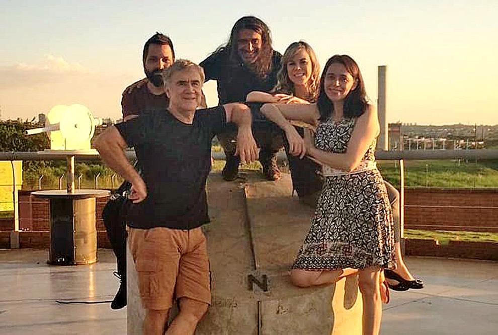foto mostra membros do grupo ideia mais reunidos em um espaço aberto no museu de ciências da unicamp