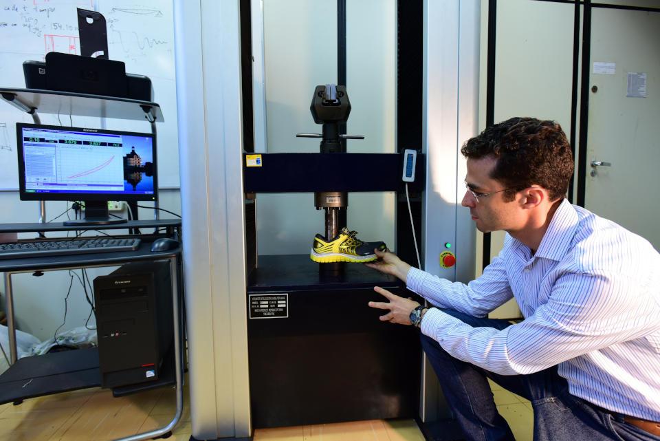 Pesquisador manipula equipamento de simulação de corrida e reciclagem de tênis