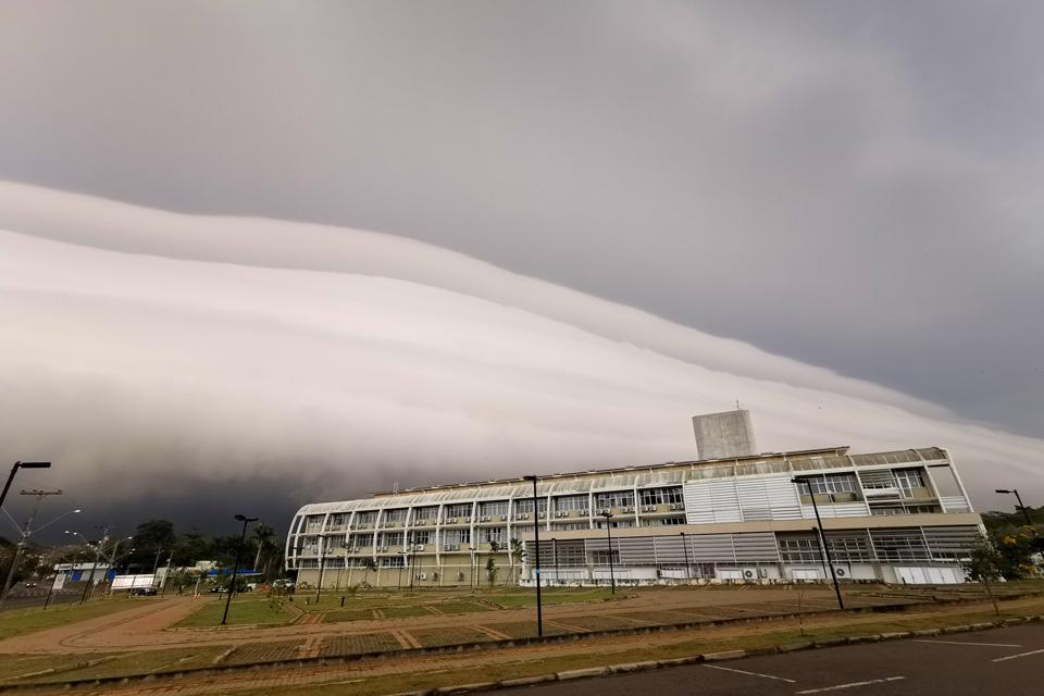 audiodescrição: fotografia colorida mostra nuvem densa no céu