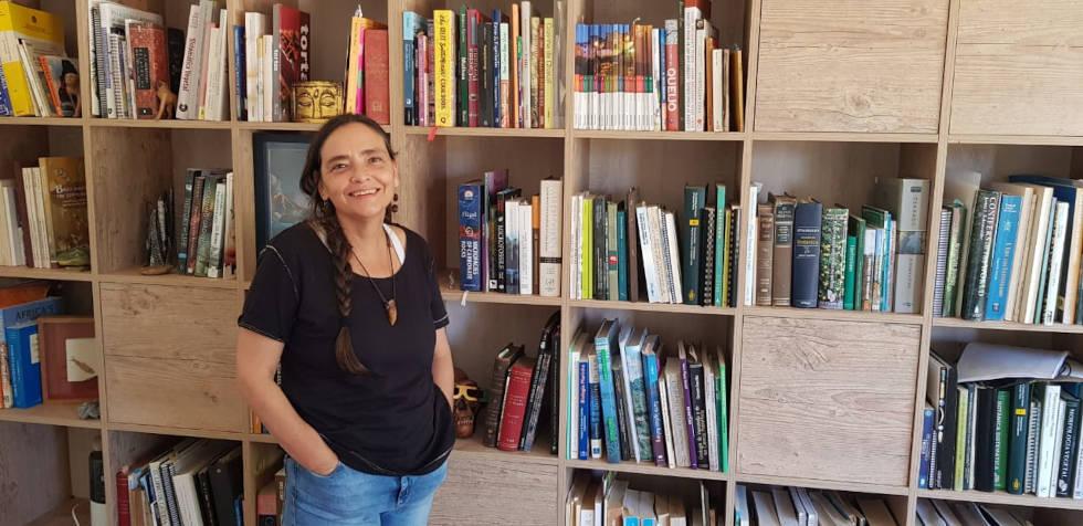 A docente do IG Fresia Ricardi Branco, que identificou inicialmente a presença de microfóssil nos canais vasculares do osso do dinossauro