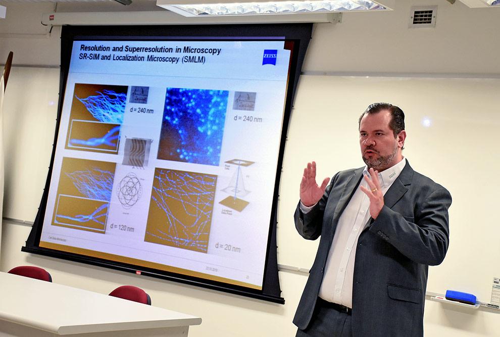 Bruno Lima, diretor de Microscopia da Zeiss, informa que a empresa está há 90 anos Brasil