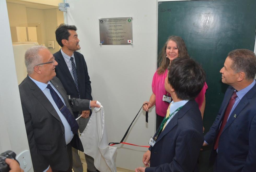 foto mostra inauguração do LEMDI com autoridades inaugurando a placa