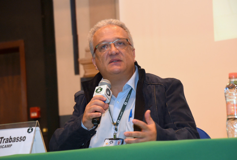 foto mostra professor plínio trabasso falando com microfone em mãos