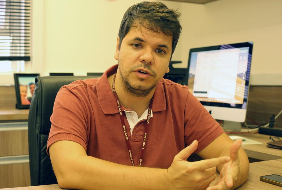 audiodescrição: fotografia colorida do professor José Luiz Módena