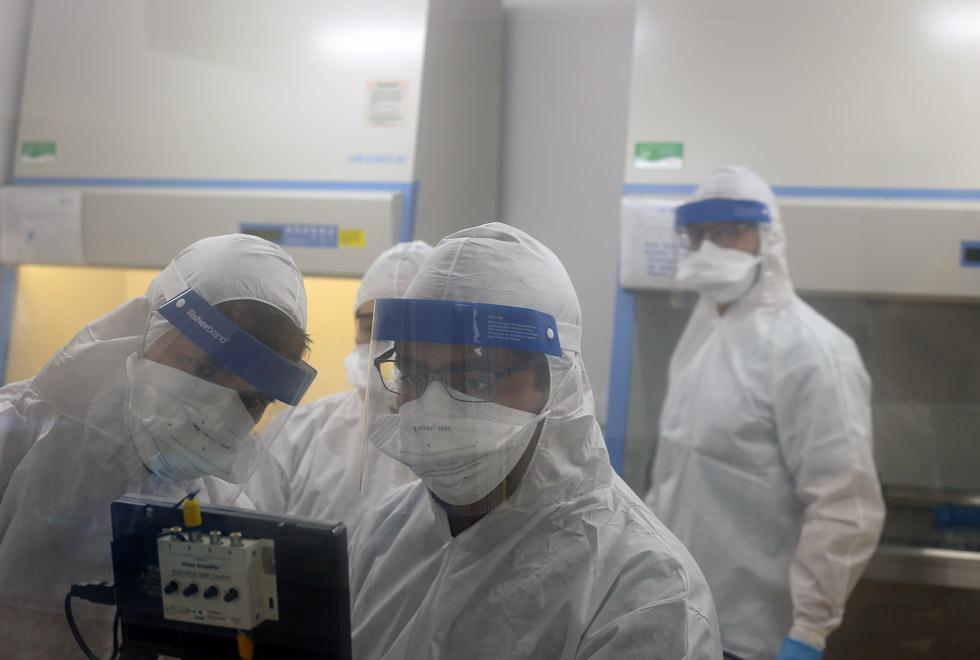 audiodescrição: fotografia colorida mostra equipe dentro de laboratório