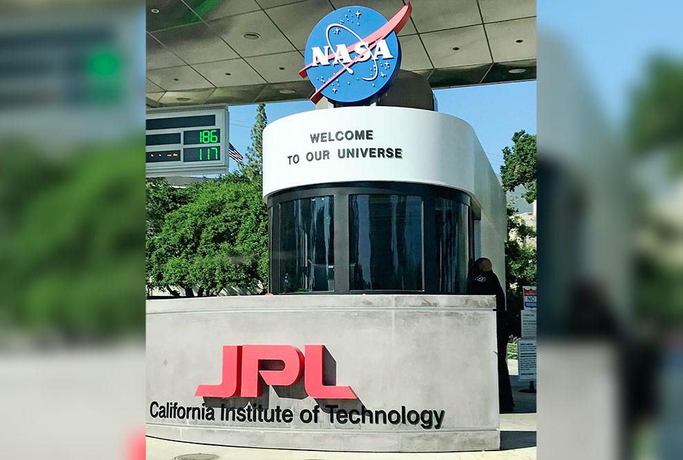 """Entrada principal do JPL/Caltech/NASA, com a mensagem bem-humorada de boas-vindas """"Welcome to our Universe""""."""