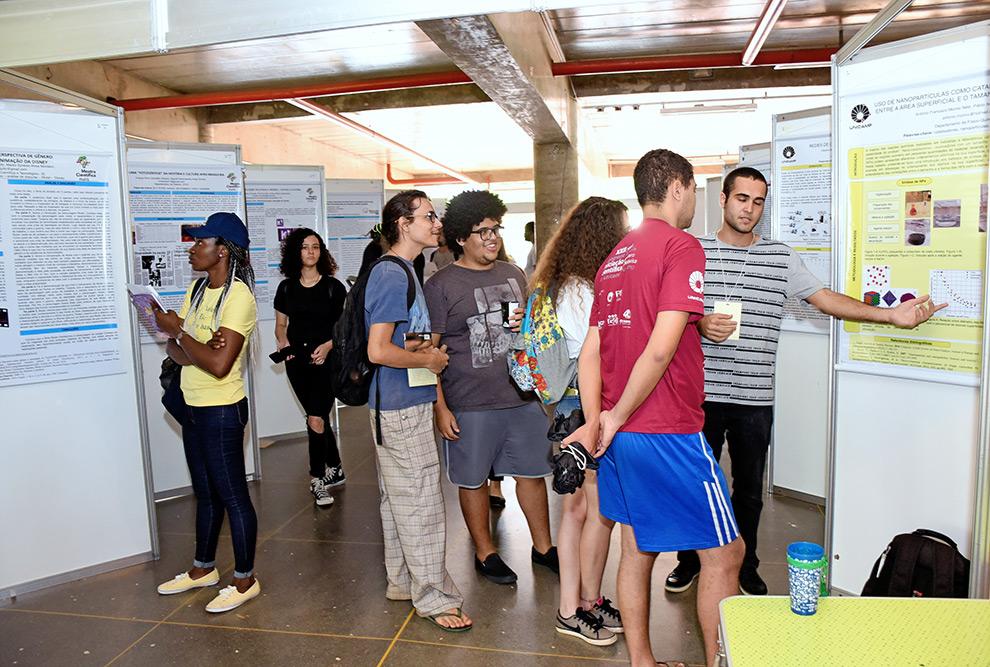 estudantes apresentam posters