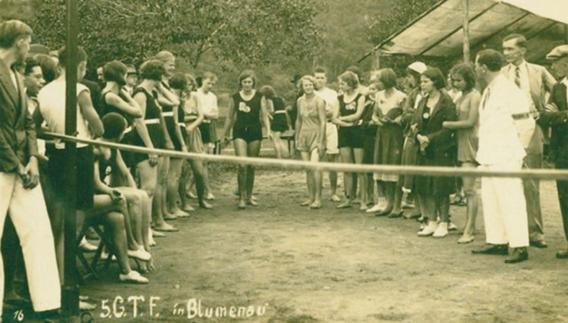 Ginasta se preparando para realização de salto em altura na 5ª Deutsches Turnfest organizada pelo Itajaí-Gau em Blumenau, 1932