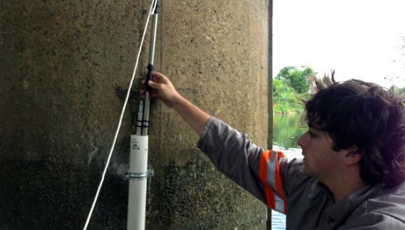 O engenheiro ambiental Felipe Balieiro Gasparini em trabalho de campo: investigando as águas subterrâneas