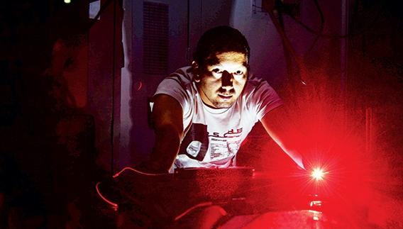O pós-graduando Omar Florez durante pesquisa no Departamento de Eletrônica Quântica, no IFGW