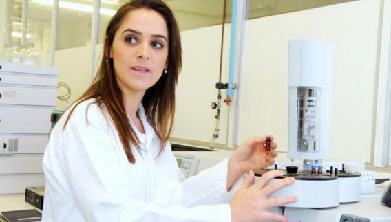 A farmacêutica bioquímica Renata Cabrera de Oliveira, autora da tese