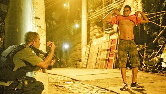 Abordagem policial no Pavão-Pavãozinho, no Rio de Janeiro