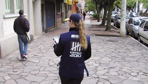 Recenseadora do IBGE em rua de Porto Alegre: aumento no número de contratações temporárias