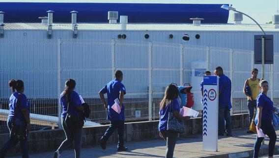 Operários encerram o turno em fábrica de Campinas: qualidade do emprego segue baixa no país, conforme a pesquisa