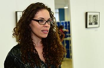Aline Gomes, curadora