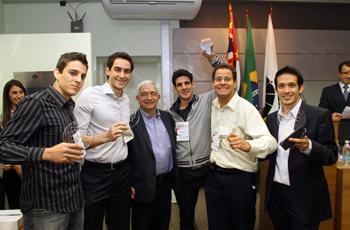 Reitor Fernando Costa com a equipe Gloriosos, vencedora do Desafio Unicamp