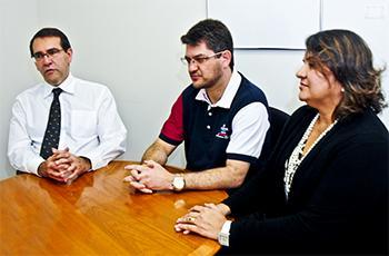 Alvaro Crósta e os representantes da comissão do evento, Juliano Finelli e Gineusa Souza