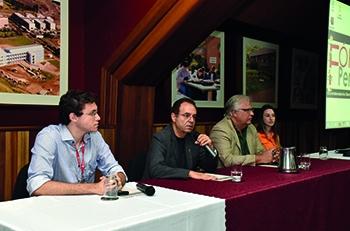 O pró-reitor Luís Alberto Magna fala na abertura
