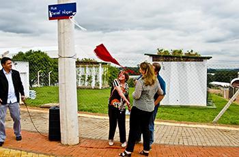 O descerramento da placa foi feito pela família do demógrafo
