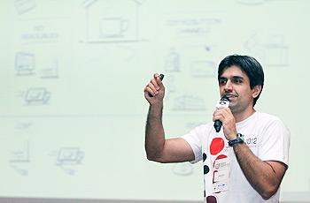 Virgílio Santos, coordenador técnico do Desafio, ensina aos alunos como elaborar modelo de negócios