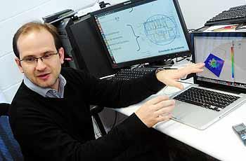 O professor Sávio Vianna faz demonstração do software